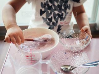 ケーキを切る人の写真・画像素材[3218324]