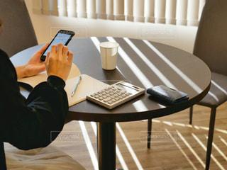 電話で話している椅子に座っている人の写真・画像素材[3308961]