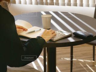 テーブルに座っている人の写真・画像素材[3308962]