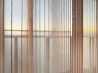 フェンスの隣にあるシャワーカーテンの写真・画像素材[3349778]
