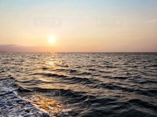 水の体に沈む夕日の写真・画像素材[3395294]