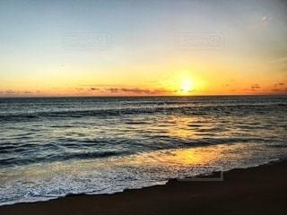 水に沈む夕日の写真・画像素材[3397854]
