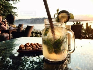 食卓の上の飲み物の写真・画像素材[3497011]