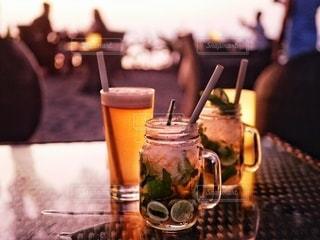 テーブルの上に座っているワインのグラスの写真・画像素材[3501640]