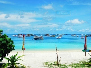 砂浜の上に座っているボートの写真・画像素材[3556566]