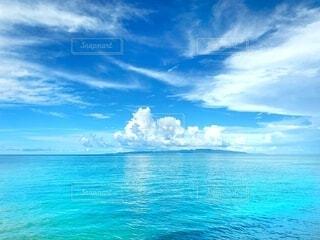 石垣島の澄んだ海と刻一刻と表示を変える空の写真・画像素材[4099414]
