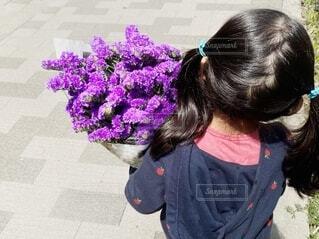 スターチスの花束を抱える女の子の写真・画像素材[4176804]