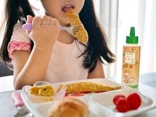 食べ物,屋内,女の子,パン,トマト,皿,人物,人,食器,ボトル,食べる,ドリンク,ファストフード,スナック,アンバサダー,お子様プレート,ししゃもフライ,ぱぱっとミネラル
