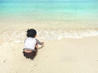 綺麗なビーチで水遊びする夏休みの写真・画像素材[4679060]
