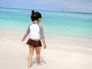 綺麗な海で水着になって遊ぶ女の子の写真・画像素材[4679059]