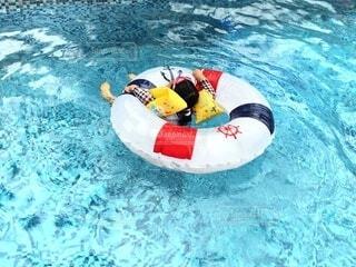 夏は浮き輪でぷかぷかプール遊びの写真・画像素材[4679058]