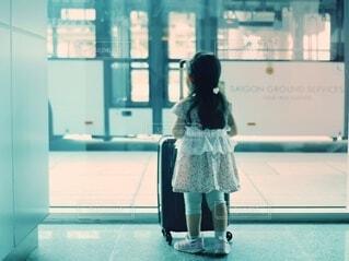 ベトナムの空港で旅立ちの時を待つ女の子の写真・画像素材[4790794]