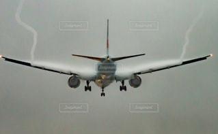 大型の飛行機が空を飛んでいます。の写真・画像素材[812139]