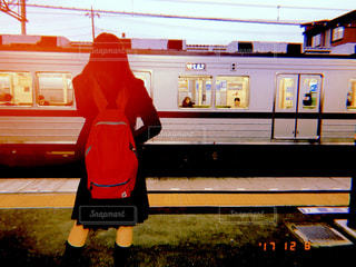 電車の駅で座っている人 - No.1006698