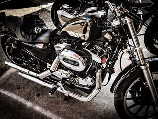 バイクは、道の脇に駐車の写真・画像素材[1013819]