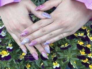 花を持っている手 - No.1173847