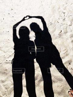 砂浜,海辺,影,仲良し,ハート,ジェスチャー
