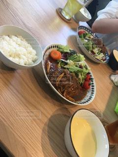 テーブルの上に食べ物のボウルの写真・画像素材[773010]