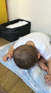 ベッドの上で横になっている男の子の写真・画像素材[706430]