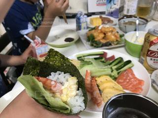 食品のプレートを保持している女性の写真・画像素材[788137]
