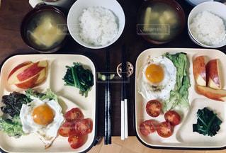 板の上に食べ物の束の写真・画像素材[1870615]