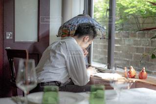 ワイングラスを持つテーブルに着席した人の写真・画像素材[1294886]