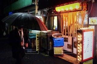 傘を持っている人の写真・画像素材[3671224]