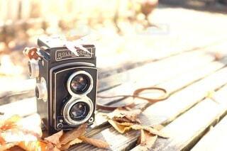 テーブルの上のカメラの写真・画像素材[3713853]