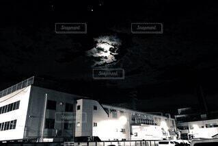建物の側面に停車したボートの写真・画像素材[3720337]