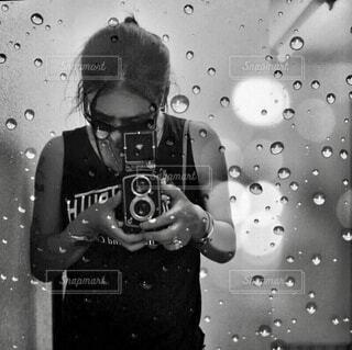 カメラのポーズをとる人の写真・画像素材[3905814]
