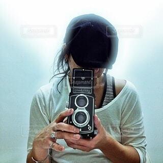 カメラを持っている人の写真・画像素材[3912500]