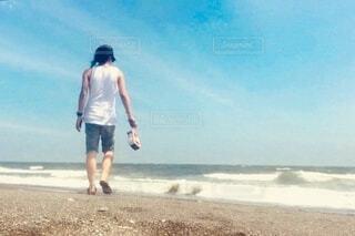 砂浜の上に立っている男の写真・画像素材[3912502]