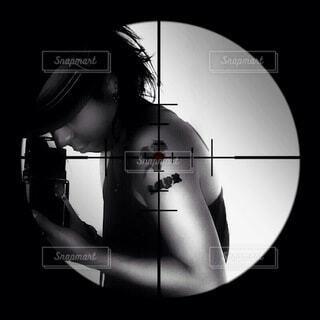 暗い部屋にいる人の写真・画像素材[3927876]