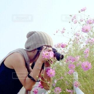 花を持っている人の写真・画像素材[3927879]