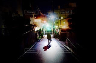 夜道を歩く人の写真・画像素材[4022355]