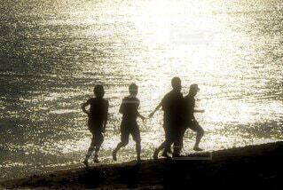 水の体の隣に立っている人々のグループの写真・画像素材[4029886]