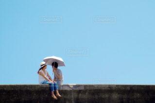 空を飛んでいる人の写真・画像素材[4512787]