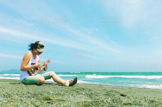ビーチに座っている人の写真・画像素材[4512788]