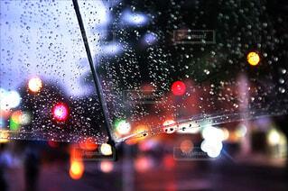雨の中の信号の写真・画像素材[4512795]