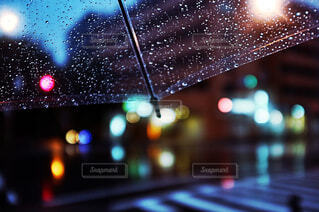 雨の間を閉じるの写真・画像素材[4565025]