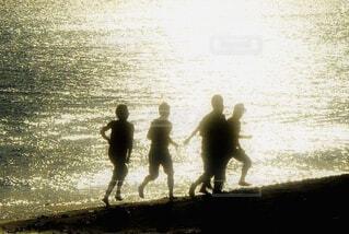 海に立っている人々のグループの写真・画像素材[4633891]