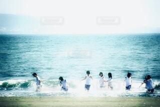 海で泳いでいる人々のグループの写真・画像素材[4645146]