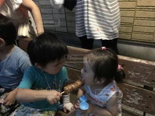 女の子の赤ん坊を保持の写真・画像素材[705872]