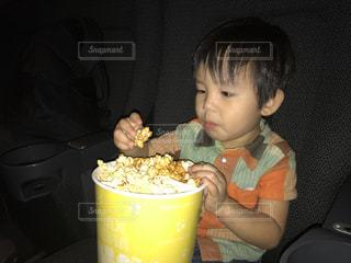 食事のテーブルに座って男の子の写真・画像素材[706161]