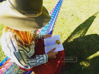 庭のハンモックで読書の写真・画像素材[758262]
