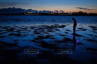 水の体に沈む夕日の写真・画像素材[897343]