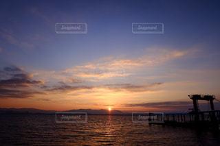 水の体に沈む夕日の写真・画像素材[897348]
