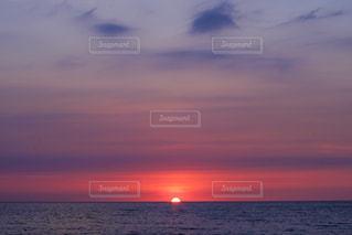 水の体に沈む夕日の写真・画像素材[974136]
