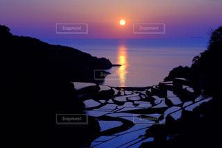 水の体に沈む夕日の写真・画像素材[974147]