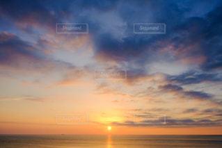 水の体に沈む夕日の写真・画像素材[974159]